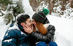 Обои Зима Мужчины Любовь Влюбленные пары Двое Шатенка Руки Девушки