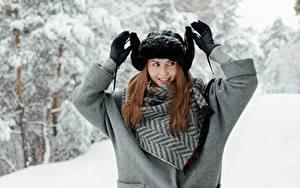 Картинка Зимние Снега Шатенки Улыбается Шапка Рука Перчатках девушка