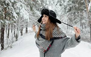 Обои Зимние Снега Шатенки Шапка Улыбается Счастье Позирует
