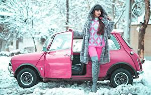 Картинка Зима Снег Розовый Поза Брюнеток Шубой Свитере Рука Ноги Сапоги девушка Автомобили