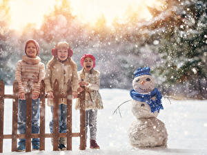 Фотография Зимние Снеге Втроем Девочка Мальчики Снеговика Счастливые Забор Дети