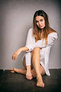 Фотография Сидящие Поза Рубашки Ног Смотрят Xenia девушка