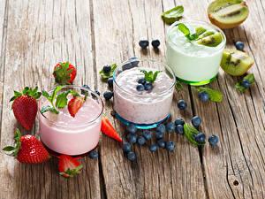 Обои для рабочего стола Йогурт Клубника Черника Киви Доски Стакана Трое 3 Пища