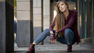 Картинки Поза Сидит Джинсов Взгляд Yulia молодая женщина