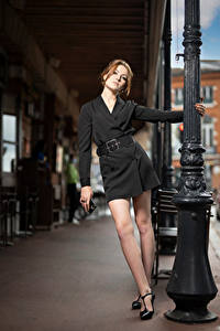 Картинки Фотомодель Поза Платье Ноги Смотрит Zoe Девушки