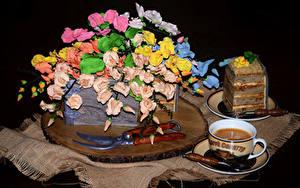 Фотографии Сладкая еда Торты Кофе Дизайна Чашка На черном фоне