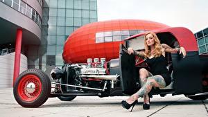 Фото Блондинка Татуировка Рука Сидит Ноги Туфель hot rod молодая женщина Автомобили