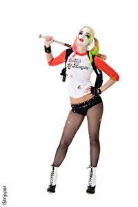 Обои iStripper Косметика Харли Квинн герой Estonika Белый фон Косплей Униформа Позирует Рука Шорты Ног Колготок девушка