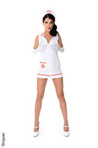 Фото iStripper Lady Dee Белом фоне Униформе Медсестра Брюнетки Руки Перчатках Ног Туфли девушка