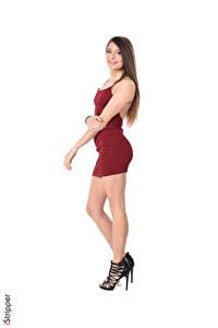 Обои iStripper Talia Mint Шатенка Улыбка Платье Сбоку Белом фоне Руки Ноги молодые женщины