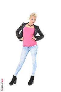 Фотографии iStripper Tricia Teen Блондинок Поза Куртки Рука Ног Джинсов Белым фоном молодая женщина