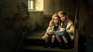 Обои Девочка Сидящие Двое Лестница Грустный sisters ребёнок