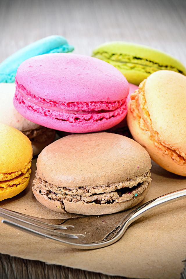 Картинки Макарон Еда вилки Печенье Сладости 640x960 для мобильного телефона Пища Вилка столовая Продукты питания сладкая еда