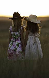 Фото Рассветы и закаты 2 Девочки Шляпа Трава Ребёнок