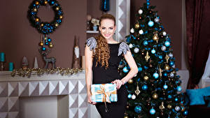 Обои Рождество Шатенки Платья Новогодняя ёлка Улыбка Шарики Девушки