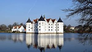 Картинки Германия Замок Озеро Glücksburg город