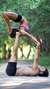 Фотография Мужчины Гимнастика 2 Тренируется Руки Ноги Спорт Девушки
