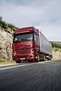 Обои Mercedes-Benz Грузовики Красный Движение 4x2 Actros Автомобили