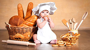 Картинка Выпечка Хлеб Мальчишки Униформа Повара Шапки Корзина ребёнок