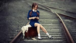 Обои Железные дороги Ног Сидящие Чемоданом Красивая Шатенки Anna Shuvalova