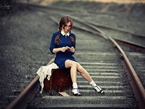 Обои Железные дороги Ног Сидящие Чемоданом Красивая Шатенки Anna Shuvalova девушка