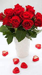 Картинки Розы Конфеты Белым фоном Ваза Красные Серце Цветы