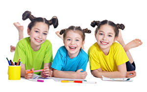 Фотография Белым фоном Трое 3 Девочка Улыбка ребёнок