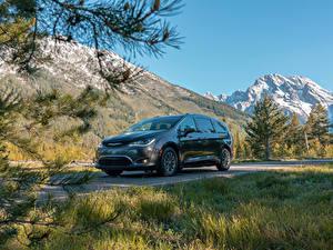 Фотографии Chrysler Серый Металлик Гибридный автомобиль 2017–19 Pacifica Hybrid Limited