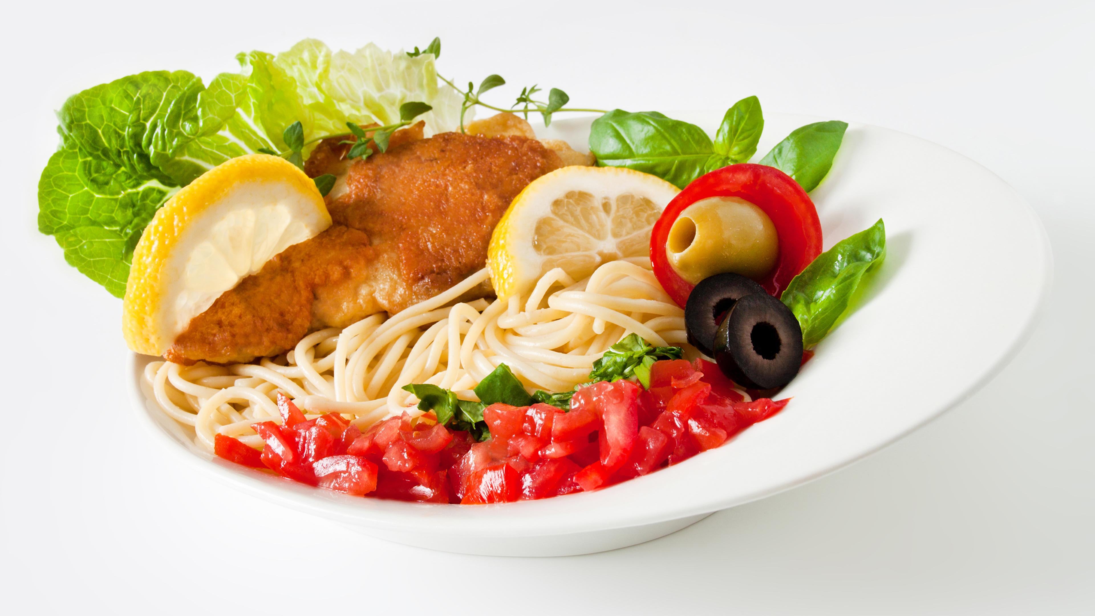 Картинка Макароны Еда Овощи тарелке белым фоном Мясные продукты Вторые блюда 3840x2160 Пища Тарелка Продукты питания Белый фон белом фоне
