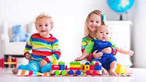 Фотографии Игрушка Три Девочки Мальчик Младенец Улыбка Дети