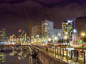 Обои Великобритания Здания Речка Пристань Забор Ночные Уличные фонари Liverpool Города