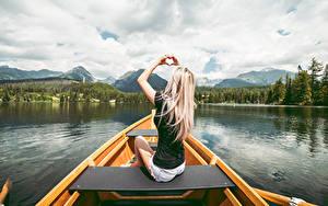 Обои Лодки Блондинки Сидящие Рука Сердечко девушка