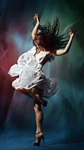 Картинка Шатенка Танцует Руки Платья молодые женщины