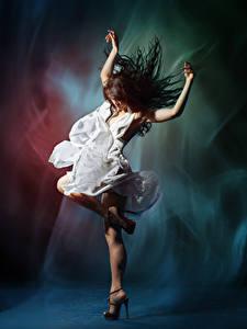 Картинка Шатенка Танцует Руки Платье Девушки