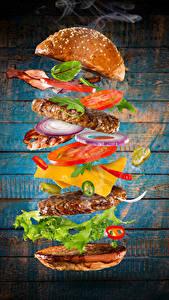 Фото Быстрое питание Гамбургер Булочки Мясные продукты Овощи Доски Продукты питания