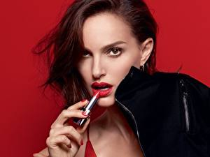 Картинки Natalie Portman Взгляд Фотомодель Красный фон Rouge Dior Девушки