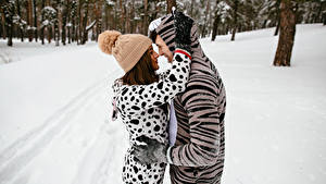 Картинка Зимние Мужчины Любовь 2 Объятие Шапки Девушки