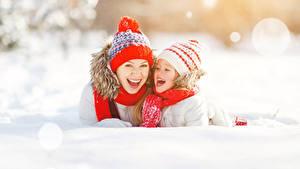Обои Зимние Мама Двое Девочки Шапки Счастливые Снег Дети