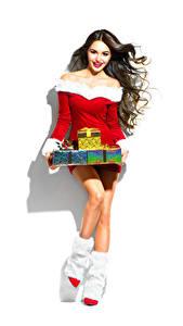 Обои Новый год Белый фон Шатенка Улыбка Подарки Сапоги Платье Девушки