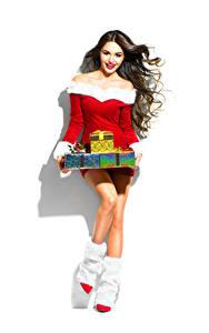 Обои Новый год Белый фон Шатенки Улыбка Подарков Сапогах Платье девушка