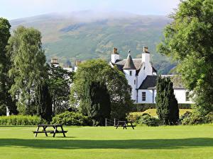 Картинки Шотландия Парки Дома Деревья Газон Скамейка Blair castle Park Природа