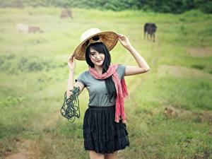 Картинки Азиаты Тропа Трава Брюнетка Шляпа Девушки