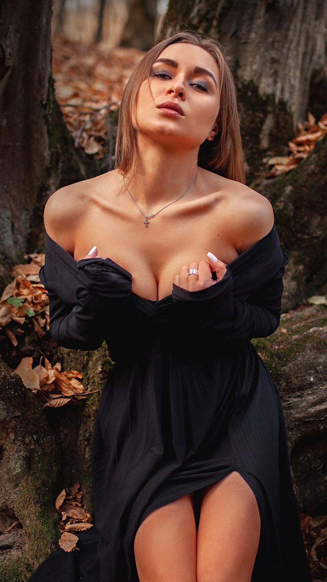 Фотографии Шатенка Aleksei Iurev позирует вырез на платье молодая женщина Руки платья 1080x1920 для мобильного телефона шатенки Поза Декольте девушка Девушки молодые женщины рука Платье