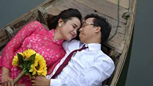 Картинки Лодки Азиатка Мужчины Букеты Влюбленные пары Вдвоем Галстук Очках Девушки