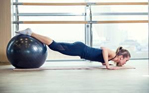 Фото Фитнес Йогой Мячик Отжимание Ноги спортивная Девушки