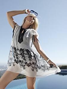 Фото Мария Шарапова Блондинка Очков Руки Платье Поза Знаменитости Девушки
