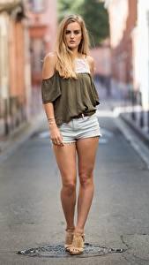 Картинка Боке Блондинка Шорт Руки Ноги молодые женщины