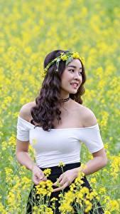 Фотографии Поля Рапс Азиаты Улыбается Венком молодые женщины