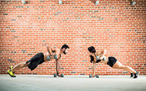 Фотография Фитнес Мужчины Стенка 2 Гантеля Из кирпича Тренируется Девушки