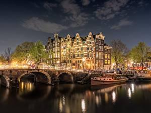 Фотографии Мосты Амстердам Нидерланды Речные суда Дома Реки Ночь Водный канал Города